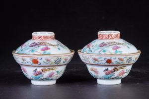 Late Qing Dynasty A Pair of Rare Straits Chinese Famille Rose White Ground Buddhist Emblems Pheasant Peonies Covered Bowls (Commissioned) 晚清 一对稀有侨生华人粉彩白地八宝雉鸡牡丹盖碗(特别定制)